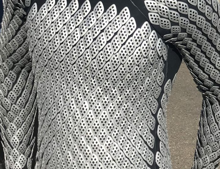 Armoured wetsuit made of aluminium platelets